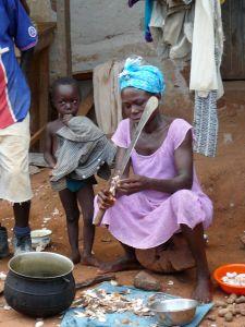 Peeling manioc